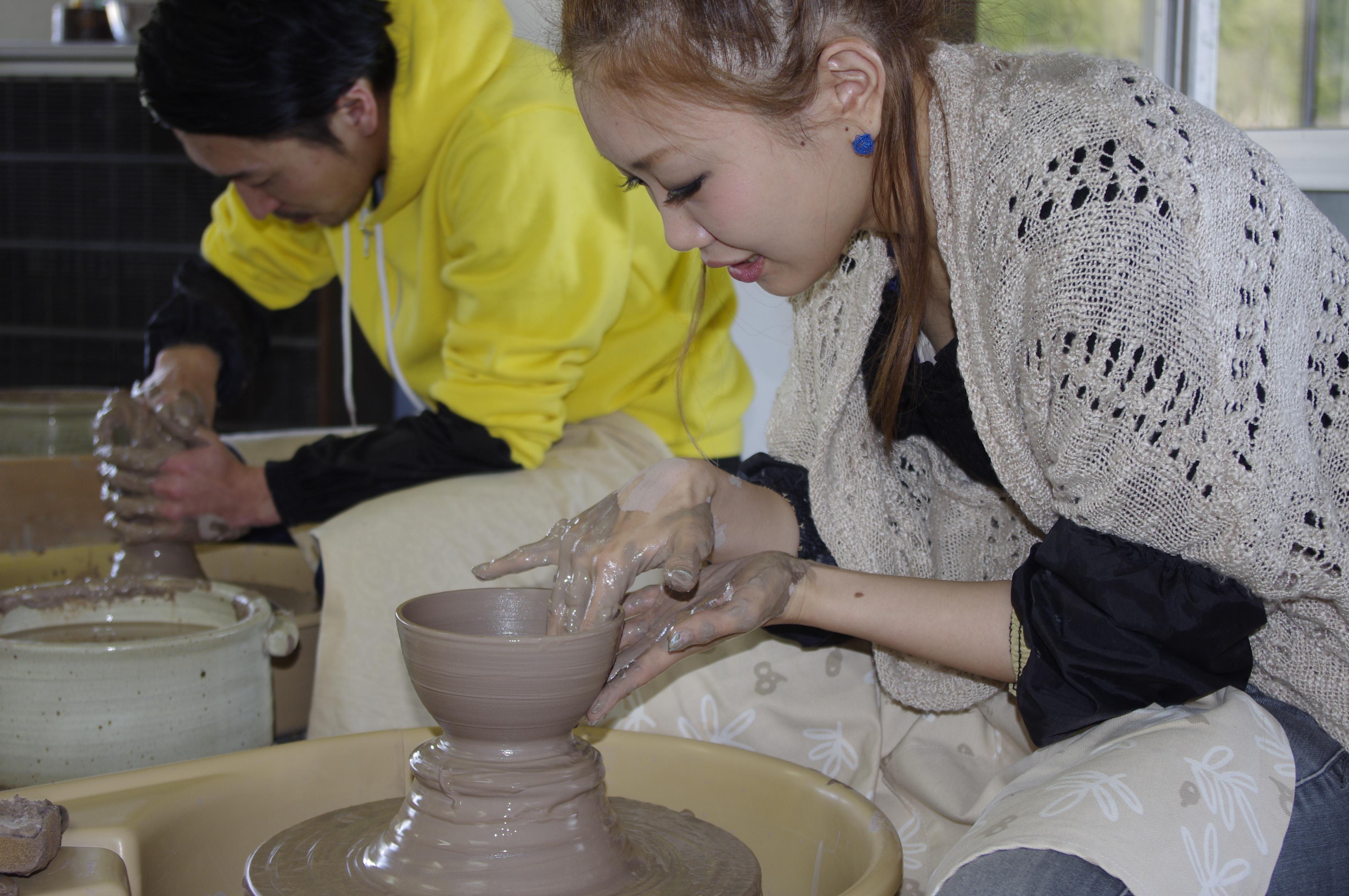 ロクロを挽いて茶碗を作る画像
